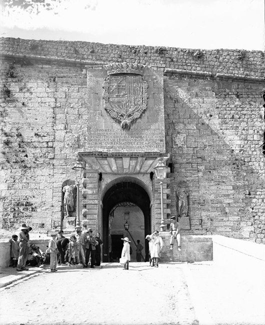 puerta murallas ibiza byn